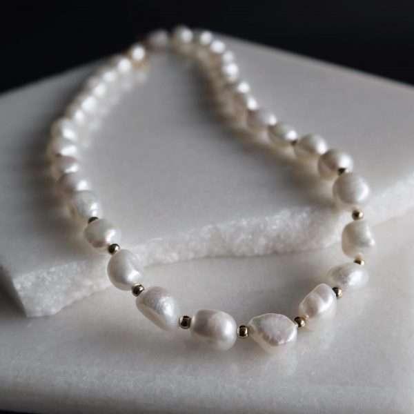 colier perle cu elemente aurii