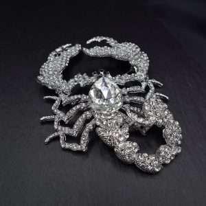 brosa scorpion supradimensionata